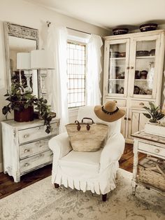 Excellent modern french country decor are offered on our internet site. look at this and you wont be sorry you did. Farmhouse Style Decorating, French Country Decorating, Decorating Your Home, Farmhouse Decor, French Decor, Farmhouse Design, Decorating Ideas, My Living Room, Living Room Decor