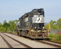 A faded NS 5106(EMD GP38-2) works Cloverleaf Cold Storage on Columbus' south side.