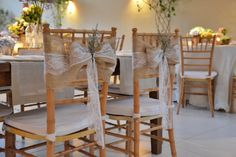 Até as cadeiras ganharam atenção no décor de Mara Perez: veja essa casamento todo no YES WEDDING! Marry Me, Chair, Table, Furniture, Home Decor, Wedding Decoration, Wedding On The Beach, Chairs, Homemade Home Decor
