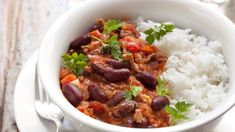 This super easy chilli con carne recipe can be made on the stove top or easily adapted for the perfect slow cooker chilli con carne! Healthy Meals To Cook, Healthy Recipes, Unislim Recipes, Easy Chilli, Healthy Chilli, Retro Recipes, Ethnic Recipes, Con Carne Recipe, Batch Cooking