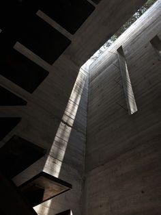 Casa Coyoacán - Núcleo de escaleras, proceso de obra, entradas verticales y horizontales de luz natural. #santorojo #arquitectura #concreto #hormigón #iluminación #texturas #diseño