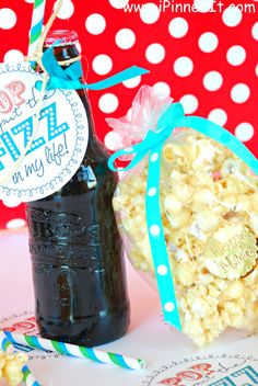 Father's Day Gift! #popcorn! This is a darling Father's Day gift idea using soda pop and popcorn! CLICK TO GET FREE PRINTABLE!