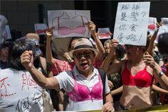 La Caja de Pandora: Protesta en sujetadores contra una sentencia machi...
