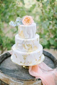 A beautiful gray and gold marbled wedding cake - marbled wedding ideas
