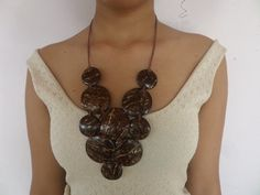 Coconut Ideas, Coconut Shell, Unusual Gifts, Afro, Diy And Crafts, Crochet Necklace, Shells, Necklaces, Gift Ideas