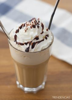 Cómo hacer un Frappuccino o un café Frappé. Receta Cómo hacer un frappuccino o un café frappé Bebidas Do Starbucks, Starbucks Menu, Cocktail Cake, Café Chocolate, Frappuccino Recipe, Milkshake Recipes, Frozen Drinks, Mocca, Chocolates