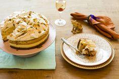 """É naked cake, é bolo que já sai do forno com a cobertura pronta, é receita do tipo """"uauuuu"""" para impressionar os convidados. Doce demais? Não! O maracujá empresta seu azedinho e deixa tudo deliciosamente equilibrado."""