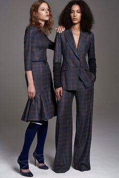 Guarda la sfilata di moda Carolina Herrera a New York e scopri la collezione di abiti e accessori per la stagione Pre-Collezioni Autunno-Inverno 2017-18.