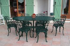 Mobilier de jardin en fonte à décor de fougères comprenant un canapé ...