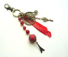 """bijou de sac/porte clés """"thème Paris rétro"""" bronze et rouge : Autres bijoux par l-atelier-des-p-tites-fantaisies"""