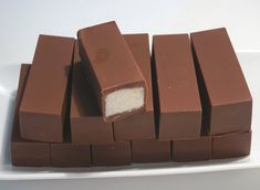 Milioni su POLUDELI ZA RECEPTOM za OVE SLASNE ČOKOLADICE sa KOKOSOM, a za ove PARČIĆE RAJA treba vam samo 5 sastojaka i 10 minuta - Zena.rs Fun Baking Recipes, Best Dessert Recipes, Candy Recipes, Sweet Recipes, Raw Desserts, Delicious Desserts, Yummy Food, Bounty Chocolate, Chocolate Bars