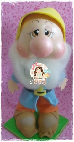 Peças produzidas para uma cliente especial, Erika Portugal, da Cais Design.     Nunca tinha feito esses personagens e fazê-los foi uma gr... Snow White Movie, Snow White Doll, Foam Crafts, Arts And Crafts, Diy Crafts, Polymer Clay Ornaments, Seven Dwarfs, Movie Props, Sugar Flowers