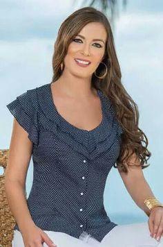 Blusa en fondo azul y pepitas blancas. Blouse Patterns, Blouse Designs, Diy Clothes, Clothes For Women, Blouse Models, Blouse And Skirt, Blouse Styles, Designer Dresses, Ideias Fashion