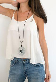 Este collar espiral largo negro es el accesorio perfecto para cualquier look de moda! Ideal para la noche y realmente impresionante para un estilo casual. Este collar es hecho por mí, con amor y dedicación. Cada pieza está diseñada para ser una joya con estilo elegante. MATERIALES: * Cordón de cuero genuino (2,5 mm). * Cuero. * Alambre de aluminio (2,5 mm). Aluminio es ligero y nunca a empañar. Le doy una textura ligeramente martillada. * Metal grano. * Más cercano y cadena de metal…
