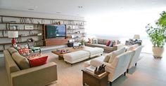 Sala de estar grande com almofadas coloridas