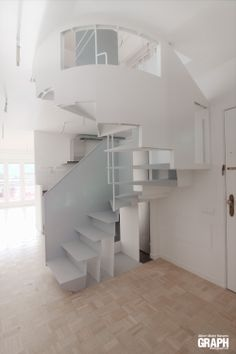 Ideas de #Escalera, estilo #Moderno color #Blanco, #Gris, diseñado por Lo Ca studio #CajonDeIdeas