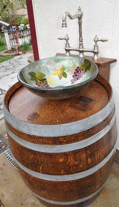 Turn a wooden cable spool into an outdoor kitchen or garden sink! – DIY projects for everyone! Boho Bathroom, Bathroom Wall Decor, Bathroom Ideas, Whiskey Barrel Sink, Whiskey Barrels, Wooden Cable Spools, Bathroom Sink Bowls, Quartz Sink, Garden Sink