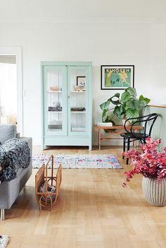 Las vitrinas son tendencia : ventajas e inconvenientes Pastel Home Decor, Quirky Home Decor, Eclectic Decor, Cheap Home Decor, Eclectic Style, Contemporary Home Decor, Modern Decor, Vaisseliers Vintage, Deco Studio