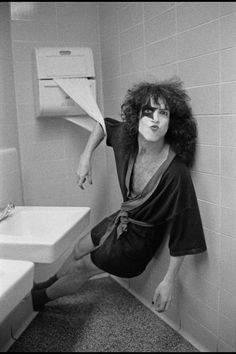 KISS: Paul Stanley goes to the bathroom