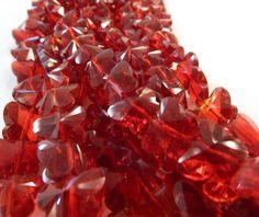 Cristal en forma de mariposa, en color rojo, tira con 30 piezas, medida 1.5 cm x  1.3 cm. $ 45.00. Precio especial a mayoristas.