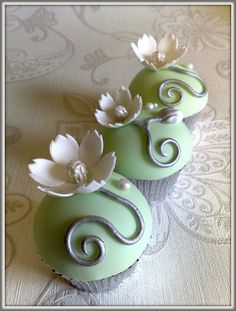 I love these cupcakes- so pretty and classic. Smallthingsiced.