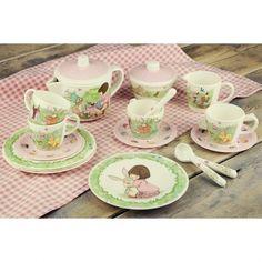 Birthday Surprise Tea Set  Überaschungs-Geburtstags Tee-Set    Belle & Boo sind sehr gespannt! Heute geben sie eine Tee-Party, und sie würden sich freuen, wenn Du auch mitkommst. Lade deine Dollies und Teddys ein und tauche ein in die magische Welt von Belle & Boo.    Das bezaubernde Melamin Tee-Set zeigt die beliebten Charaktere von Belle & Boo und ihren Freunde die von Mandy Sutcliffe erschaffen sind.