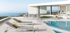 Is dit jouw droom #ligbed? #tuinset #tuinmeubel #tuinmeubelen #lounge #loungeset #outdoor #furniture #patio #modern #manutti #design #pool #swimming ♥ #Fonteyn