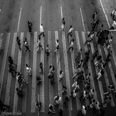 Repostando  VAI E VEM  coming and going in the streets  #jeffefotografia #fotografoderua #fotografo #fotodocumentada #fotoderua #peb #pretoebranco #blackandwhite #fotojornalismo #nasruasdebrasilia #nasruas #fotojornalista #fotografia#brasilia #foto#expressoesurbanas #artistasderua #arteemfoco #instagrambrasil #brasil#pbourclickss by jeffedasilva
