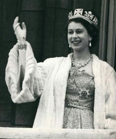 Press Photo Queen Elizabeth II Wearing Royal Robes Crown Waving To Crowd Queen Mother, Queen Mary, Duchess Of York, Duke And Duchess, Young Queen Elizabeth, Royal Princess, Princess Diana, Royal Uk, Celebrity Moms