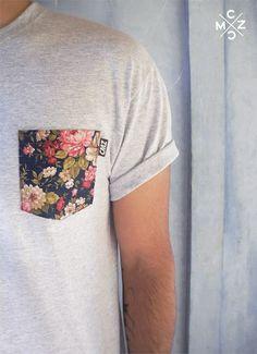 Camiseta lisa com bolso floral.