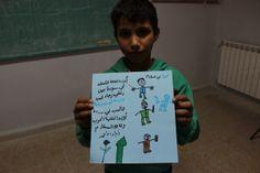 """La guerra de Siria según los niños. Zeiad, 11 años Zeiad ha dibujado a cuatro personajes, representantes del pueblo sirio, y ha escrito: """"Queremos la paz; me gustaría volver con mis amigos, jugar y estudiar en mi colegio, quiero que acabe esta guerra y que sea reemplazada con flores de la paz""""."""