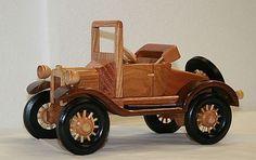 Auto miniatura fabricado en madera reciclada - auto clásico.
