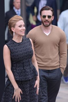 New couple alert? Scarlett Johansson's allegedly moved on from Romain Dauriac with her 'Avengers' co-star Chris Evans, according to a new report! Chris Evans Scarlett Johansson, Thanos Avengers, Chris Evans Funny, Black Widow Scarlett, Romanogers, Chris Evans Captain America, Marvel Actors, Natasha Romanoff, Steve Rogers