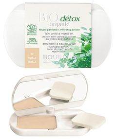 H Bio Detox Organic Perfecting Powder από τη Bourjois είναι μία 100% οργανική πούδρα, που προσφέρει αψεγάδιαστη κάλυψη και ματ αποτέλεσμα για 8 ώρες! Η εμπλουτισμένη με χλωροφύλλη φόρμουλά της φιλτράρει τους ατμοσφαιρικούς ρύπους ενώ η σκόνη από λιναρόσπορο απορροφά τη λιπαρότητα, χωρίς να φρά