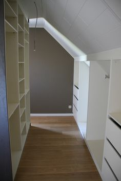 if the walk-in closet is behind the bed and the entrance to 1 can .- als de inloopkast achter het bed komt en de ingang aan 1 kant – Claire C. if the walk-in closet is behind the bed and the entrance on 1 side – # back - Closet Behind Bed, Attic Remodel, Home, Renovations, Attic Apartment, Closet Bedroom, Big Bathrooms, House, Loft Room