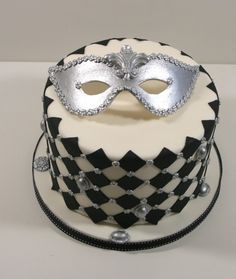 Venetian mask cake 6