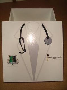 Linda caixinha em MDF pintada, com acabamento em verniz e adesivada(tampa) tamanho 11 x 11 x 5,5 cm Sugestão de uso: porta medicamentos, termômetro, etc. Na versão feminina: http://www.elo7.com.br/lembranca-formatura-em-medicina/dp/603721 Lembrancinha pode ser feita para outros temas:(CA...