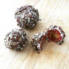Bombones de tomatitos Ingredientes 10 Tomates cherry 200 g Ricotta baja en grasa 1/2 taza Semillas a tu elección Sal rosada y pimienta
