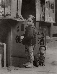 Arnold Genthe, Two children, Chinatown, ca 1900.
