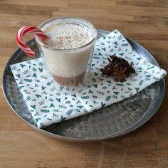 Een heerlijk winterse warme drank met romige anijsmelk, zoete caramel en pittige nootmuskaat. Yummy!  Ingrediënten voor 4 glazen caramel 175 gram suiker 50 ml. slagroom anijsmelk 1 liter melk 1/2 vani