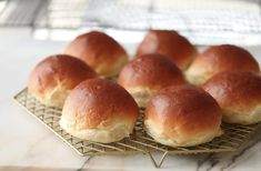 Myke Japanske boller ( boller fylt med vaniljekrem) - Passion For baking Japanese Milk Bread, Dough Ingredients, Instant Yeast, Looks Yummy, Rolls Recipe, Bread Rolls, Coffee Cake, Cooking Recipes, Bread Recipes