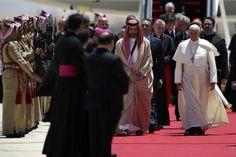 Poco después de llegar a Jordania, el Papa se reunió con el rey Abdullah II; luego oficiará una misa.