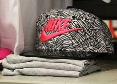 Cappello Nike 3-8 anni! Composizione: 100% Poliestere Dettagli: lifestyle, tela, fantasia bicolore, logo, chiusura regolabile, visiera rigida, da baseball