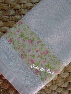 Toalha lavabo com barrado em tecido 100% algodão. Pode ser lavada normalmente.  Medidas: 32x50 R$ 16,80
