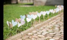 Mit den Herzchen könnt ihr eure Dekoration auf zauberhafte Weise ergänzen - zum Beispiel in die Blumensträuße stecken, als Weghinweis am Rand des Weges oder bei einer freien Trauung für den...