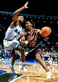Anfernee Hardaway VS Michael Jordan Photo by nbacardDOTnet Bulls Basketball, Basketball Players, Michael Jordan Photos, Penny Hardaway, Warriors Vs, Scottie Pippen, New Orleans Pelicans, Nba Stars, Basketball Pictures