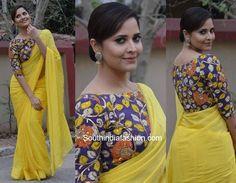Anasuya Bharadwaj was recently spotted in a plain yellow saree teamed up with a contrast boat neck kalamkari blouse by Teja Sarees. Kalamkari Blouse Designs, Cotton Saree Blouse Designs, Fancy Blouse Designs, Teja Sarees, Stylish Blouse Design, Designer Blouse Patterns, Stylish Sarees, India Fashion, Women's Fashion