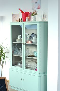 Vitrinenschrank Mint-Pastell Discovered in a small shop near Koblenz, bought and finally furnished: Sideboard Furniture, Vintage Sideboard, Upcycled Home Decor, Upcycled Furniture, Decorating On A Budget, Interior Decorating, Painted China Cabinets, Interior Styling, Interior Design