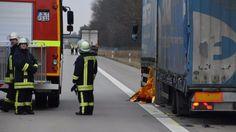 An der Stelle wo die Rettungsdecke hängt, hatte der Pannenhelfer versucht, den Reifen zu wechseln. Dabei wurde er von einem Lkw erfasst und getötet