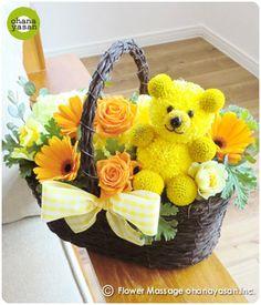 キュート!ピンポンマム(菊の花)で出来たクマのフラワーアレンジメント。Cute! An animal doll made with chrysanthemums.